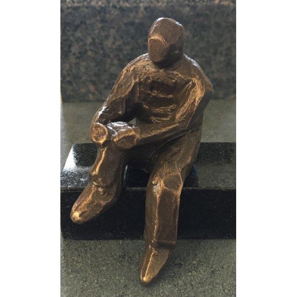 Bronze Figur Siddende Person <br> 3,5x8 cm.